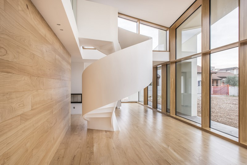 scala a chiocciola elicoidale in legno a casa pls